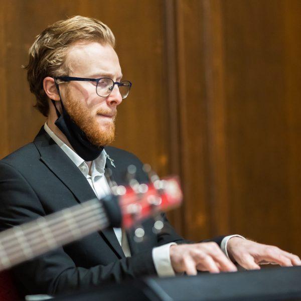 londonchurch-communal-worship-service-music-luke-piano